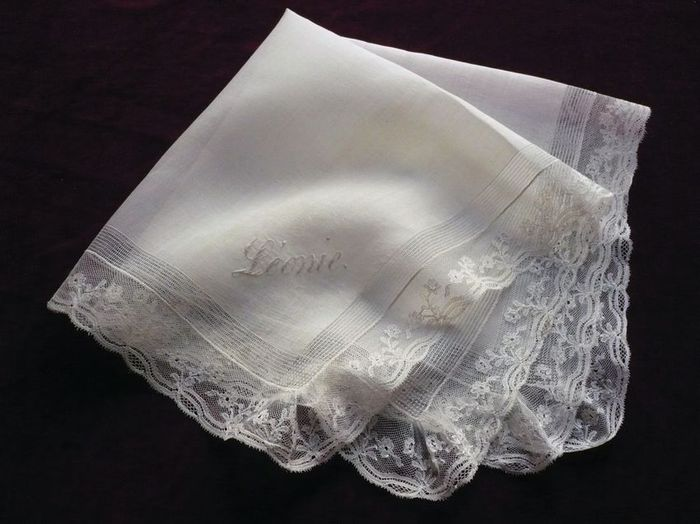 Embroidered French handkerchief, Name: Leonie